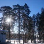 Talviaurinkoa hiihtolomaviikolle. Huomatkaa myös uusi kokoontumispaikan merkki, joka paloharjoitusta varten laitettiin.